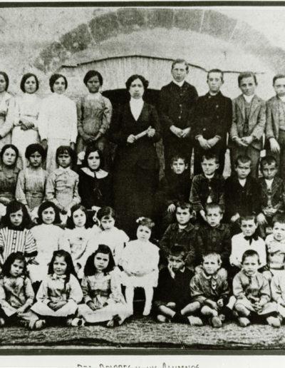 [s.a.]. Doña Dolores y sus alumnos. Fototeca de la Diputación Provincial de Huesca.