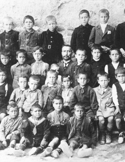 1923. Gurrea de Gállego. Don Emilio Echevarri y sus alumnos. Fototeca de la Diputación Provincial de Huesca.