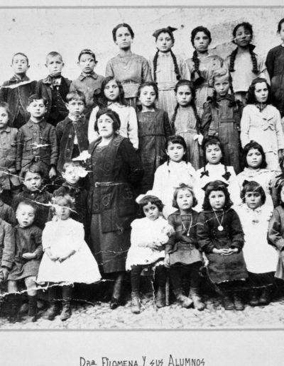 1920. Doña Filomena y sus alumnos. Fototeca de la Diputación Provincial de Huesca.